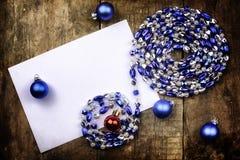 Juguete de la bola de la Navidad del fondo del vintage en una tabla de madera Imagenes de archivo