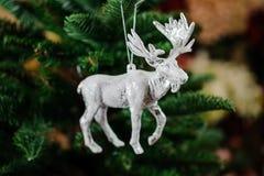 Juguete de la decoración del árbol de navidad bajo la forma de alces de plata Imagen de archivo libre de regalías