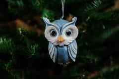 Juguete de la decoración del árbol de navidad bajo la forma de búho azul Imagenes de archivo