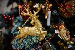 Juguete de la decoración del árbol de navidad bajo la forma de ciervos de oro Foto de archivo libre de regalías