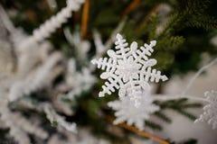 Juguete de la decoración del árbol de navidad bajo la forma de copo de nieve blanco Imagen de archivo