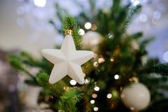 Juguete de la decoración del árbol de navidad bajo la forma de estrella blanca linda Imagenes de archivo