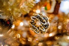 Juguete de la decoración del árbol de navidad bajo la forma de galleta del chocolate dulce Imagen de archivo libre de regalías
