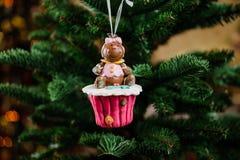 Juguete de la decoración del árbol de navidad bajo la forma de magdalena Imagen de archivo
