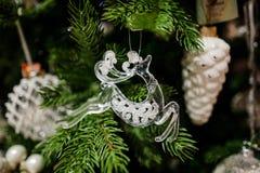 Juguete de la decoración del árbol de navidad bajo la forma de patines de oro Fotografía de archivo