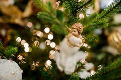 Juguete de la decoración del árbol de navidad bajo la forma de pequeño ángel lindo Imágenes de archivo libres de regalías