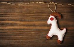 Juguete de la ejecución de la decoración de la Navidad, fondo de madera del Grunge Fotos de archivo