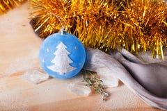 Juguete de la Navidad con una muestra del árbol Fotografía de archivo libre de regalías