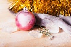 Juguete de la Navidad con una muestra del amor Imagenes de archivo