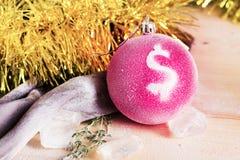 Juguete de la Navidad con una venta del Año Nuevo de la muestra de dólar Imagenes de archivo