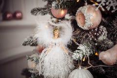 Juguete de la Navidad del ángel en el árbol Colores del vintage Imagen de archivo libre de regalías
