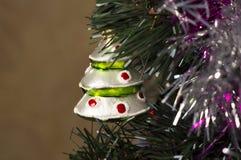 Juguete de la Navidad del árbol de navidad hecho del vidrio bajo la forma de árbol de navidad Imagenes de archivo