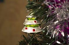 Juguete de la Navidad del árbol de navidad hecho del vidrio bajo la forma de árbol de navidad Imagen de archivo
