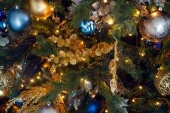 Juguete de la Navidad del oro bajo la forma de ejecución de la bola Fotos de archivo