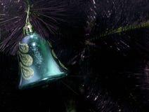 Juguete de la Navidad en el árbol de navidad El Año Nuevo adorna el fondo del invierno para el espacio vacío de la postal Fondo d Fotos de archivo