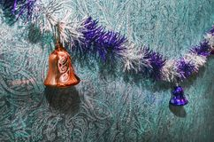 Juguete de la Navidad en el árbol de navidad El Año Nuevo adorna el fondo del invierno para el espacio vacío de la postal Fondo d Fotografía de archivo