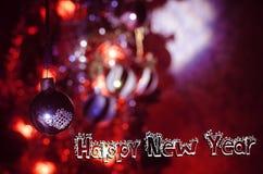 Juguete de la Navidad en el árbol de navidad El Año Nuevo adorna el fondo del invierno para el espacio vacío de la postal Fondo d Imagen de archivo