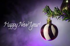 Juguete de la Navidad en el árbol de navidad El Año Nuevo adorna el fondo del invierno para el espacio vacío de la postal Fondo d Fotos de archivo libres de regalías