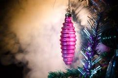 Juguete de la Navidad en el árbol de navidad El Año Nuevo adorna el fondo del invierno para el espacio vacío de la postal Fondo d Foto de archivo libre de regalías