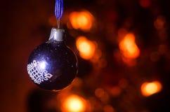 Juguete de la Navidad en el árbol de navidad El Año Nuevo adorna el fondo del invierno para el espacio vacío de la postal Fondo d Imagen de archivo libre de regalías