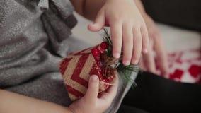 Juguete de la Navidad en las manos de un niño almacen de metraje de vídeo