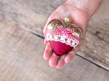 Juguete de la Navidad en las manos de una abuela, hombre mayor Año Nuevo Navidad Fondo de madera Imagenes de archivo