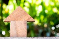 Juguete de madera como concepto de la casa ideal con el blackground verde borroso Foto de archivo libre de regalías