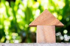 Juguete de madera como concepto de la casa ideal con el blackground verde borroso Fotos de archivo libres de regalías