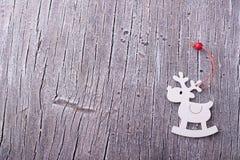 Juguete de madera de los ciervos en la tabla Fotos de archivo libres de regalías