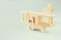 Juguete de madera del aeroplano sobre fondo de madera texturizado Imagen retra del estilo Imágenes de archivo libres de regalías