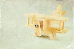Juguete de madera del aeroplano sobre fondo de madera texturizado Imagen retra del estilo Fotografía de archivo libre de regalías