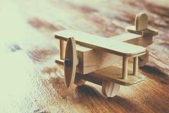 Juguete de madera del aeroplano sobre fondo de madera texturizado Imagen retra del estilo Foto de archivo libre de regalías