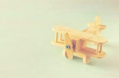 Juguete de madera del aeroplano sobre fondo de madera texturizado Imagen retra del estilo Fotos de archivo libres de regalías