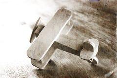 Juguete de madera del aeroplano sobre fondo de madera texturizado Imagen retra del estilo foto blanco y negro del viejo estilo Imagenes de archivo