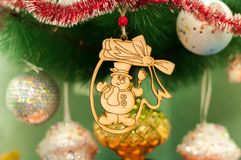 Juguete de madera de la Navidad del Año Nuevo en un árbol de abeto Fotos de archivo