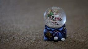 Juguete de Papá Noel de la Navidad, bola con nieve almacen de metraje de vídeo