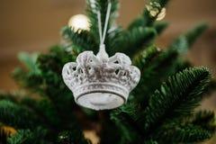 Juguete de plata de la decoración del árbol de navidad bajo la forma de corona Imágenes de archivo libres de regalías