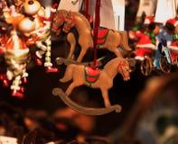 Juguete decorativo de la decoración de la Navidad y del Año Nuevo en estilo retro Fotografía de archivo