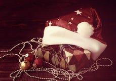Juguete del árbol de abeto del Año Nuevo del primer y cajas festivas en documento colorido sobre un fondo de madera Fotografía de archivo