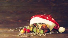 Juguete del árbol de abeto del Año Nuevo del primer y cajas festivas en documento colorido sobre un fondo de madera Imagen de archivo