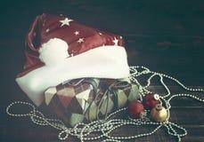 Juguete del árbol de abeto del Año Nuevo del primer y cajas festivas en documento colorido sobre un fondo de madera Imagen de archivo libre de regalías