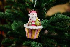 Juguete del árbol de navidad bajo la forma de magdalena Fotografía de archivo libre de regalías
