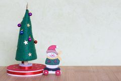Juguete del árbol de navidad con una señora que adorna con las bolas, los regalos y los muñecos de nieve coloridos Imagenes de archivo