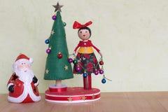Juguete del árbol de navidad con una señora que adorna con las bolas, los regalos y los muñecos de nieve coloridos Fotografía de archivo