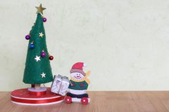 Juguete del árbol de navidad con una señora que adorna con las bolas, los regalos y los muñecos de nieve coloridos Imagen de archivo libre de regalías