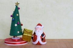 Juguete del árbol de navidad con una señora que adorna con las bolas, los regalos y los muñecos de nieve coloridos Fotos de archivo libres de regalías