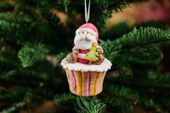 Juguete del árbol de navidad en una forma de la magdalena Foto de archivo libre de regalías