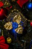 Juguete del árbol de navidad Las gotas del oro y los juguetes multicolores están en el fondo del árbol de navidad imágenes de archivo libres de regalías