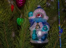 Juguete del árbol de navidad del muñeco de nieve en el árbol del verde del Año Nuevo imagenes de archivo