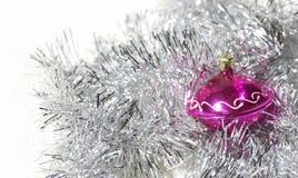Juguete del árbol de navidad del ` s del Año Nuevo en las lentejuelas y la malla de plata Happ Imágenes de archivo libres de regalías